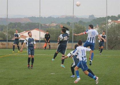 20121126104502-vizcaino-pugna-con-un-rival-por-un-balon-aereo-alongarvi.jpg