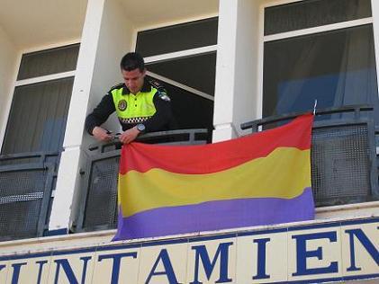 20130415100042-policia-local-retira-la-bandera-por-orden-del-alcalde.jpg
