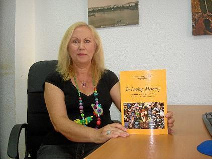20130729104049-consuelo-dominguez-junto-a-su-libro-in-loving-memory.jpg
