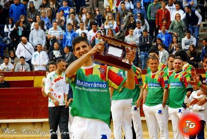 20150320105428-adrian-perez-el-trofeo-de-campeon.jpg