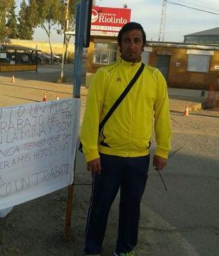La Guardia Civil retira la acampada de un parado frente a Emed Tartessus